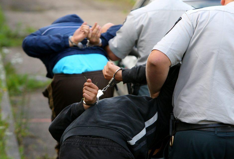 Pravieniškėse kalinys prižiūrėtojus puolė šepečiu