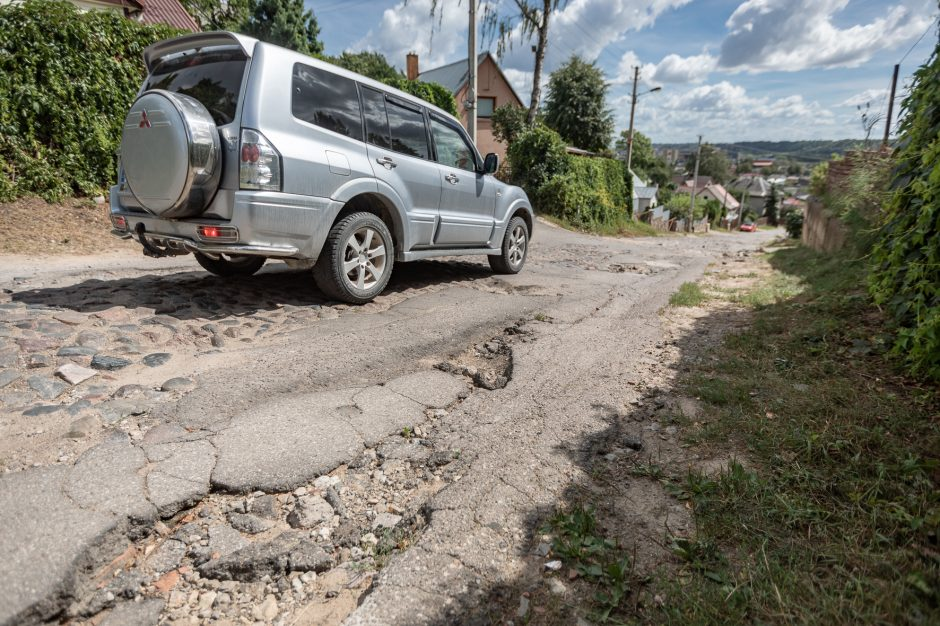Trūko kantrybė: šioje gatvėje vos pravažiuoja ir specialiųjų tarnybų automobiliai