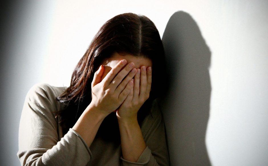 Pakeliui iš baro ėjusią moterį nusikaltėliai apiplėšė ir pažemino