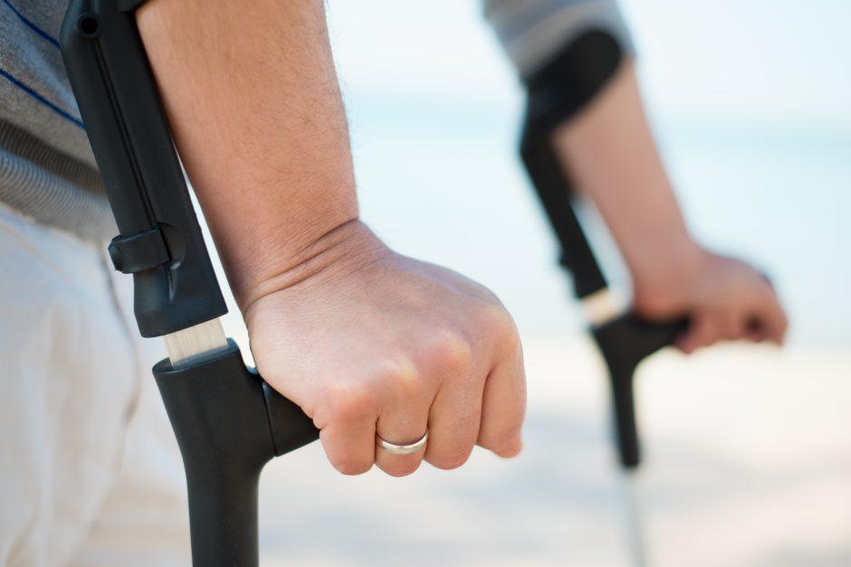 Neįgaliesiems trūksta techninės pagalbos priemonių