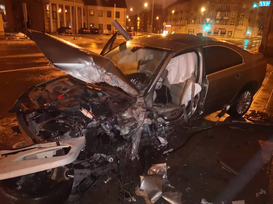 Ankstyvą rytą Klaipėdoje girtas vairuotojas rėžėsi į stulpą