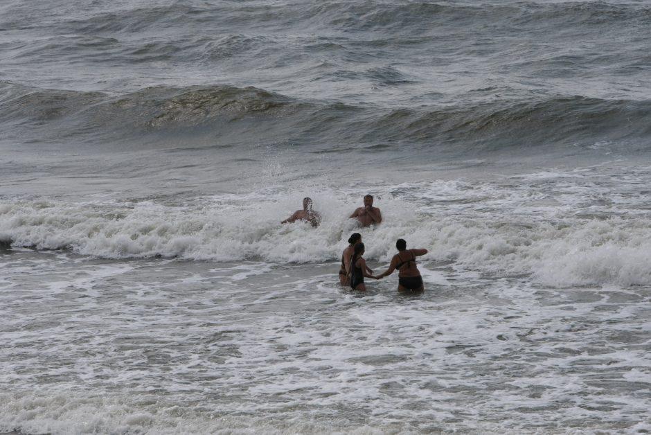 Tėvų elgesys stebina: vaikams leidžia nerti į audringą jūrą