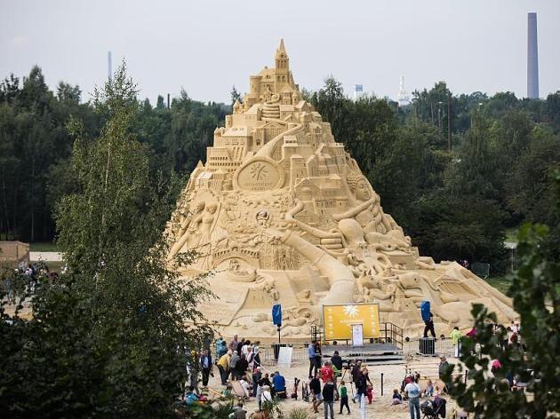 Įspūdingo dydžio smėlio pilis