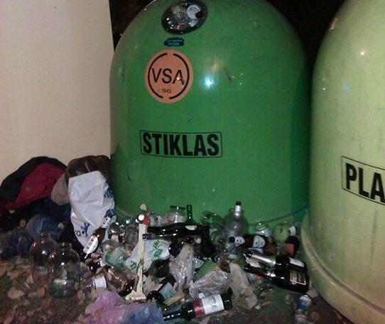 Vilniečiai piktinasi perpildytais šiukšlių rūšiavimo konteineriais