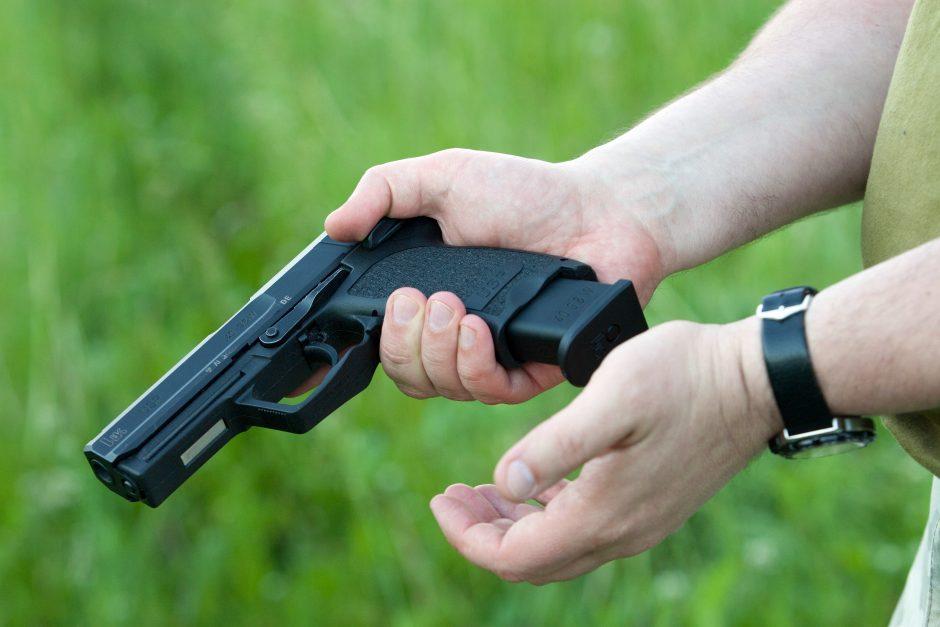 Vagys iš namų išnešė pistoletą