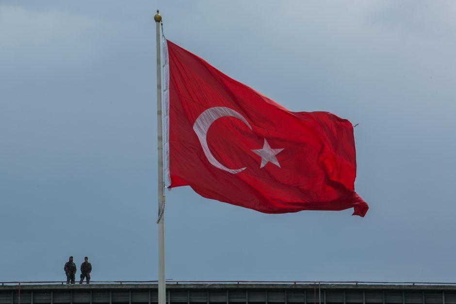 Turkija perversmo metinių išvakarėse atleido dar per 7 tūkst. policininkų ir karių