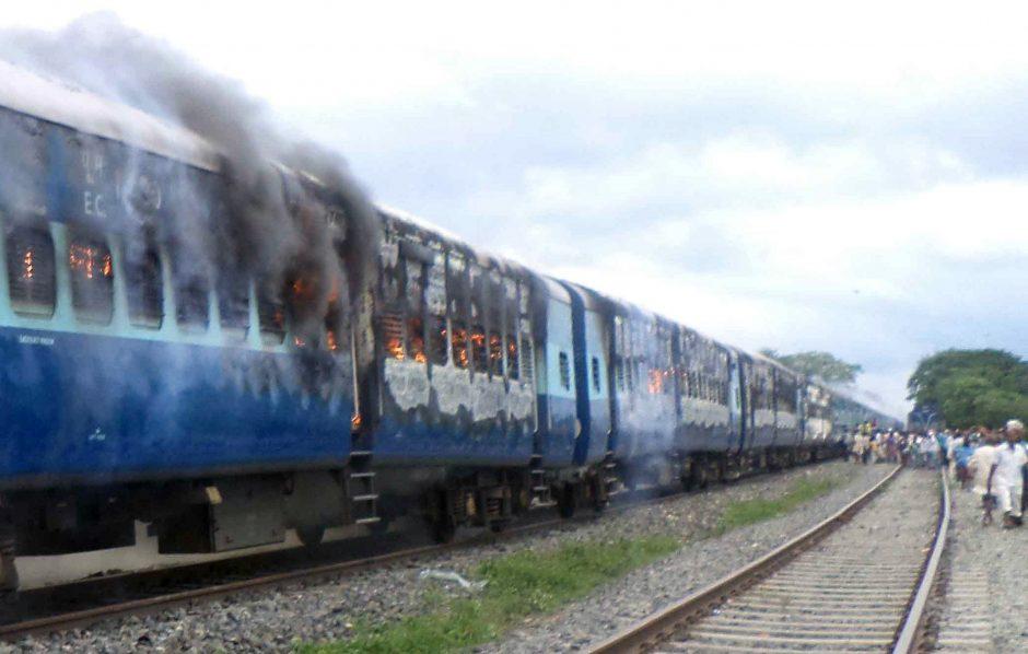Indijoje traukiniui įsirėžus į maldininkų minią žuvo mažiausiai 37 žmonės