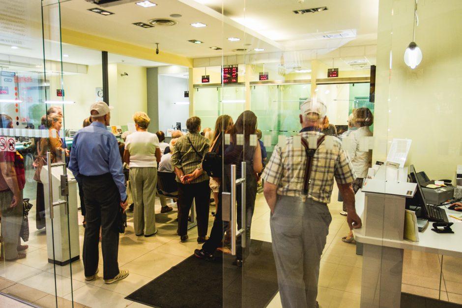 Kol bankai taupo, žmonės gaišta laiką eilėse