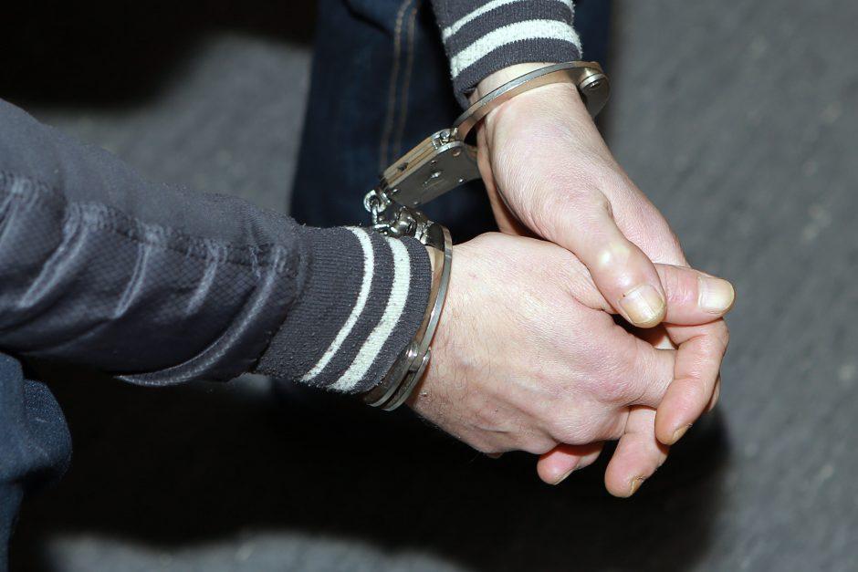 Veržėsi į prekybos centrą, vėliau nusiaubė areštinę