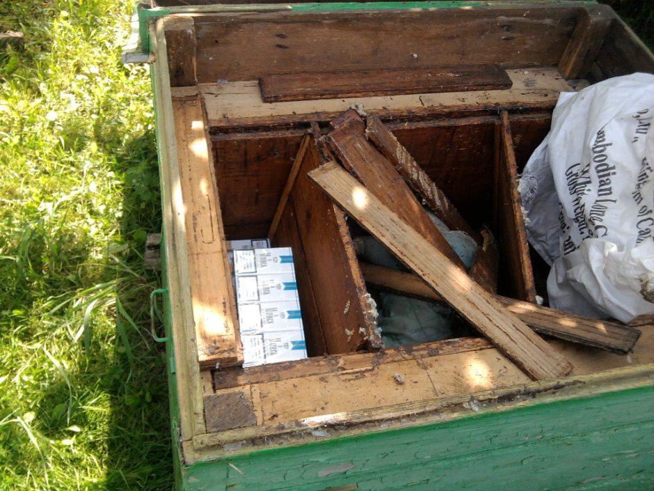 Kontrabandinės cigaretės slėptos net bičių avilyje ir šulinyje
