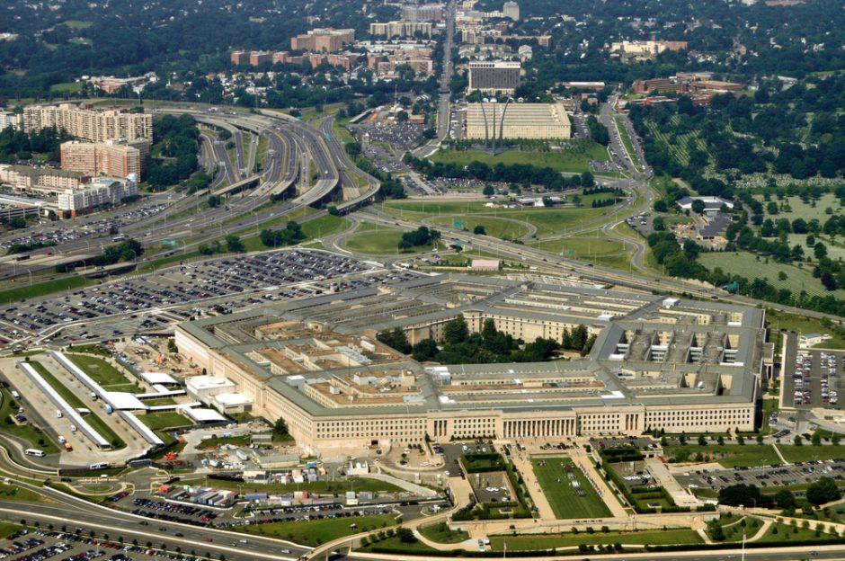Pentagono vadovas siūlo dislokuoti JAV pajėgas arčiau Sirijos