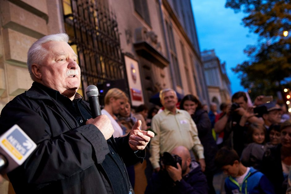Lenkijos demokratijos ikona L. Walesa tapo politinio nusikaltimo auka?