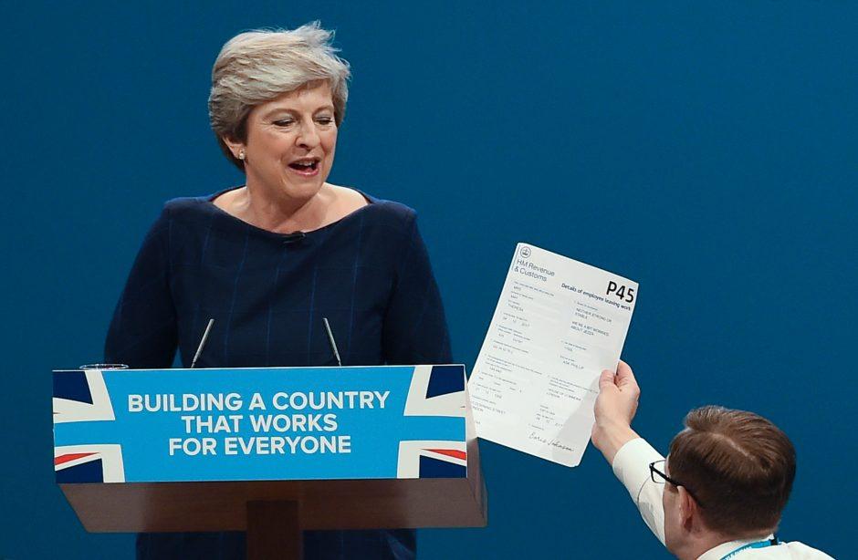 Britų komikas įteikė premjerei atleidimo raštelį