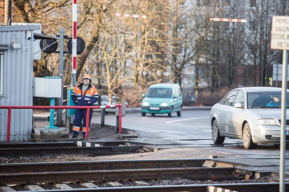 Nelygi kova: automobilis prieš traukinį