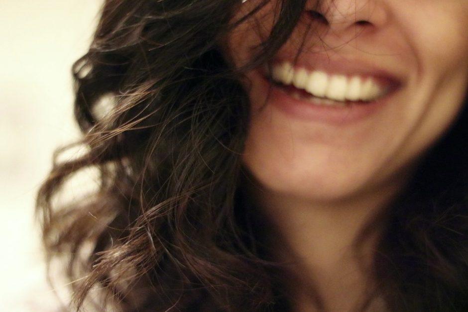 Kuo skiriasi džiaugsmingas ir mandagus juokas?