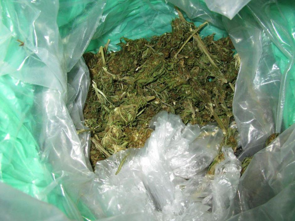 Chuliganiškai vairavusius jaunuolius sulaikę pareigūnai pas juos rado narkotikų
