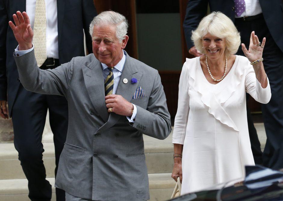 Princas Charlesas aplankė ligoninėje karališkąjį kūdikį