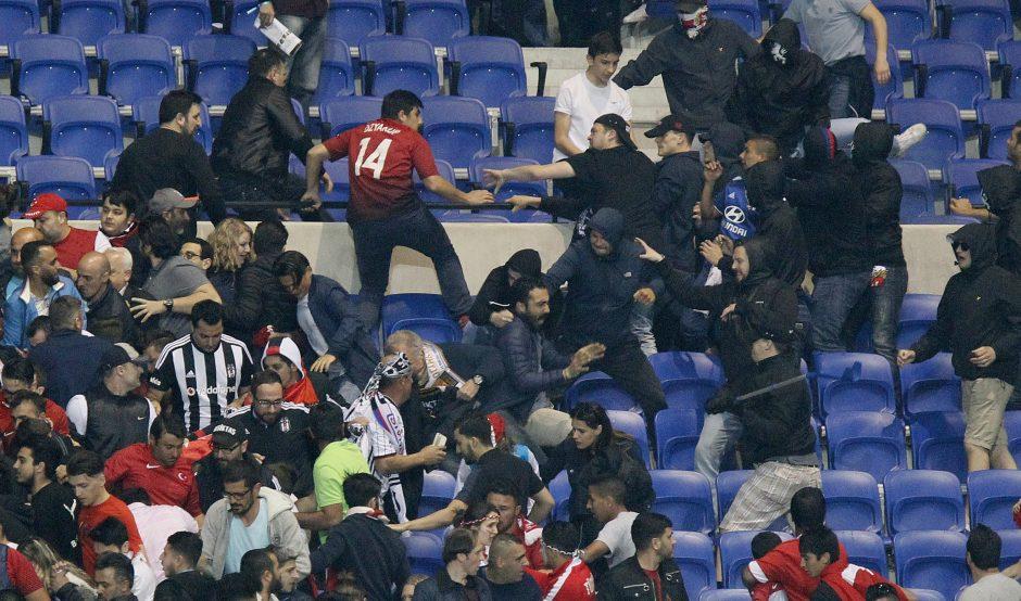 Lione futbolo fanai santykius aiškinosi kumščiais