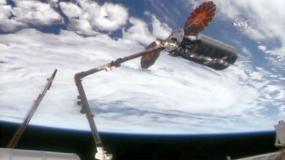 Kosmose astronautai gavo iš Žemės siuntinį – picos ir ledų