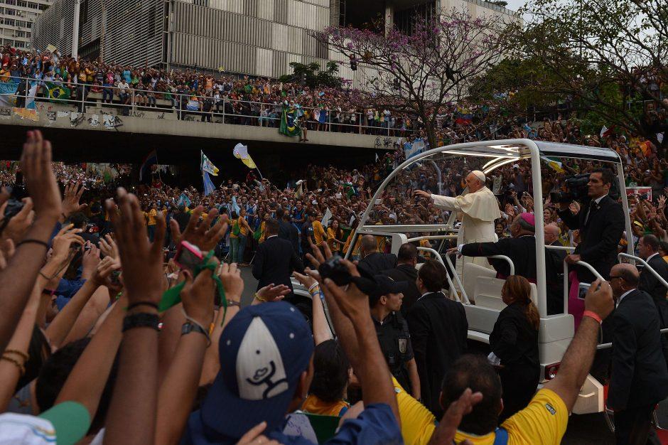 Rio de Žaneire maldininkų minia pasitiko atvykusį popiežių Pranciškų