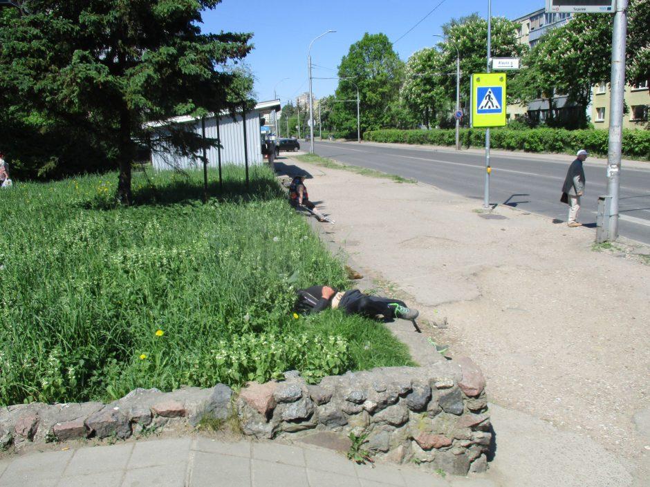 Kodėl girtuokliai vidurdienį gali netrukdomi miegoti viešose vietose?