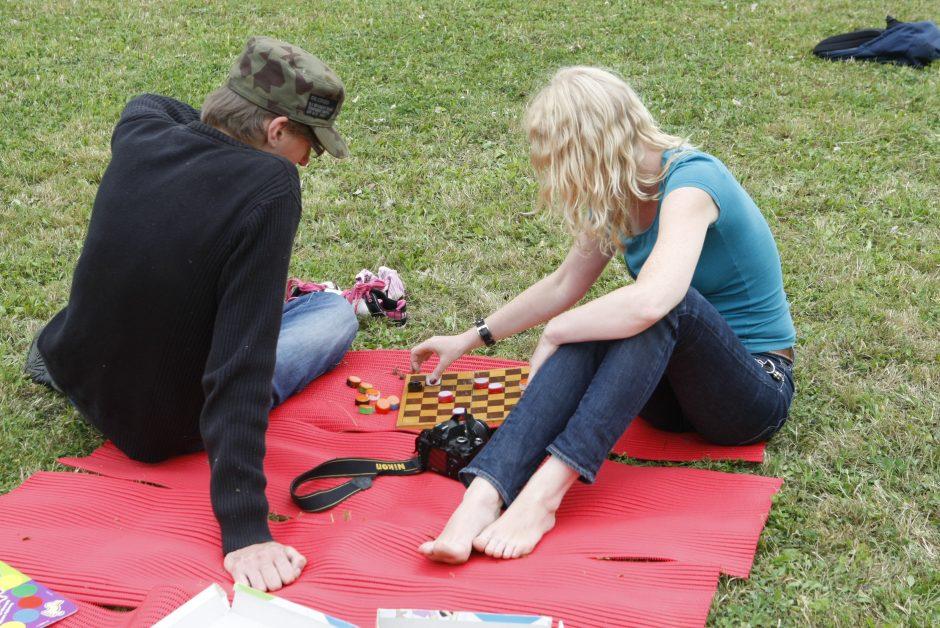 Uostamiesčio jaunimas ketvirtadienį leido ant žolės