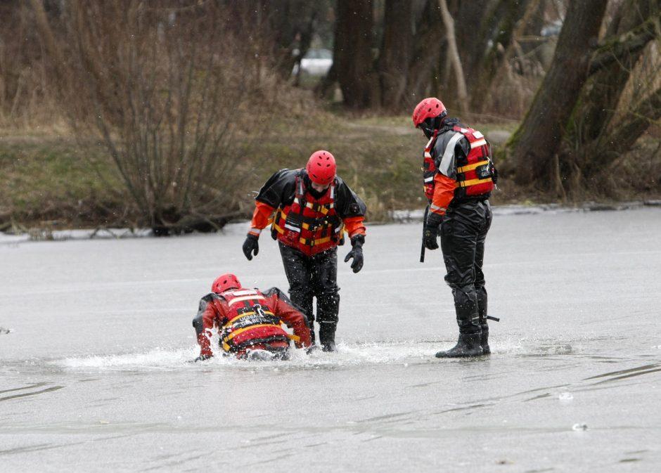 Ketvergių tvenkinio ledas neišlaikė žvejo