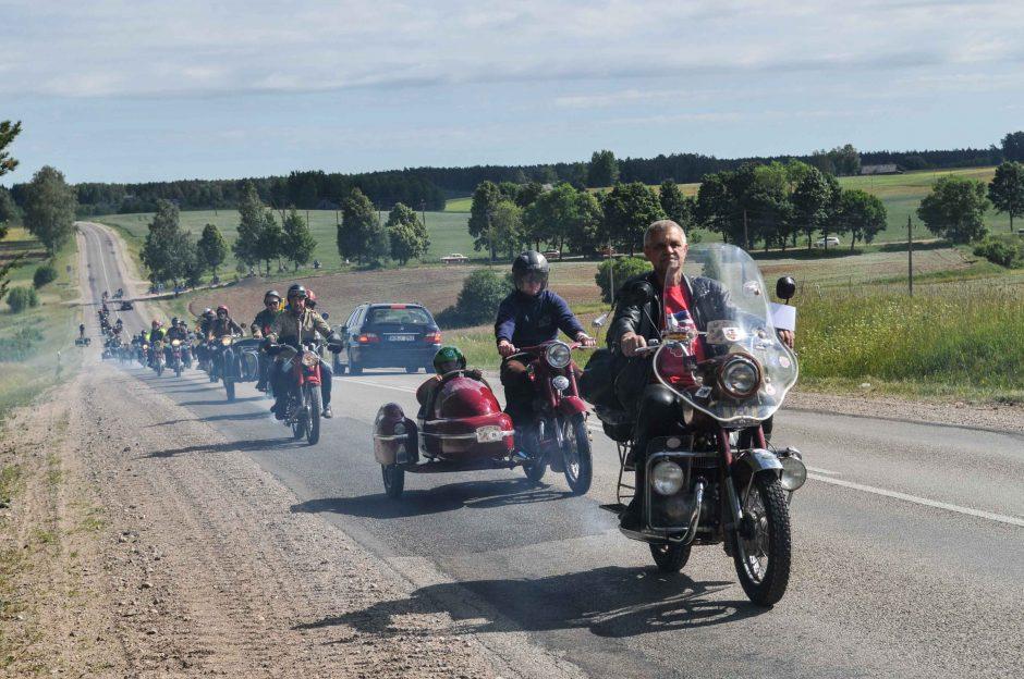 82-ejų senovinio motociklo savininkas įveikia tūkstančius kilometrų