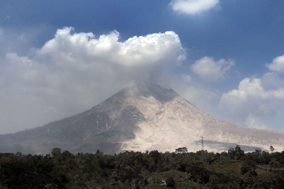 Indonezijoje stiprus išsiveržimas pakeitė Sinabungo ugnikalnio viršūnės pavidalą