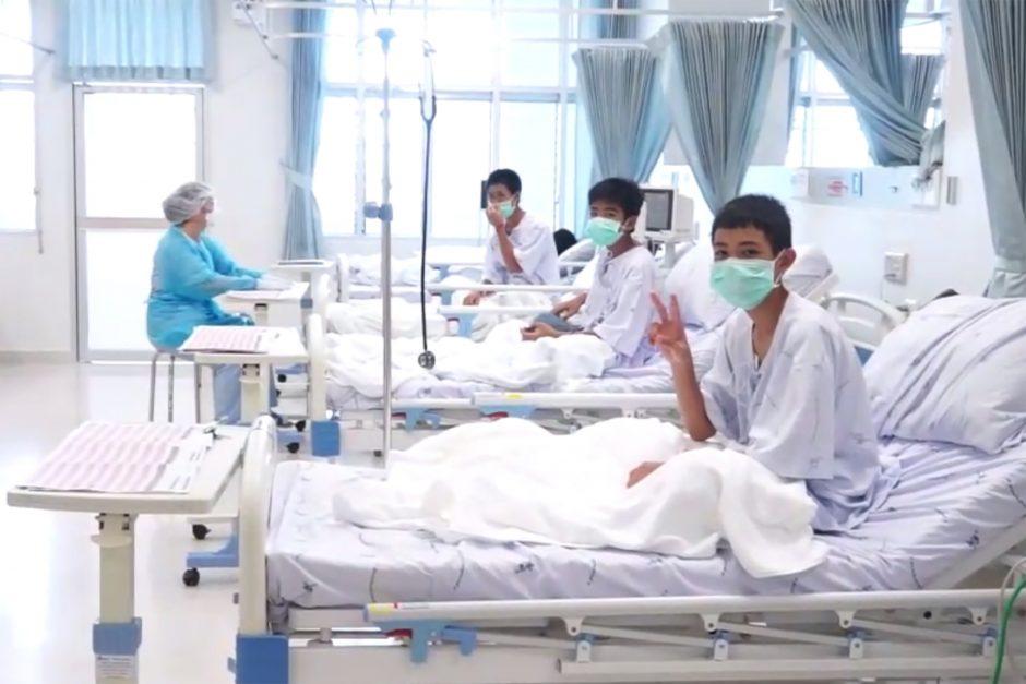 Paviešinti vaizdai, kuriuose matyti iš užlieto Tailando urvo išgelbėti vaikai