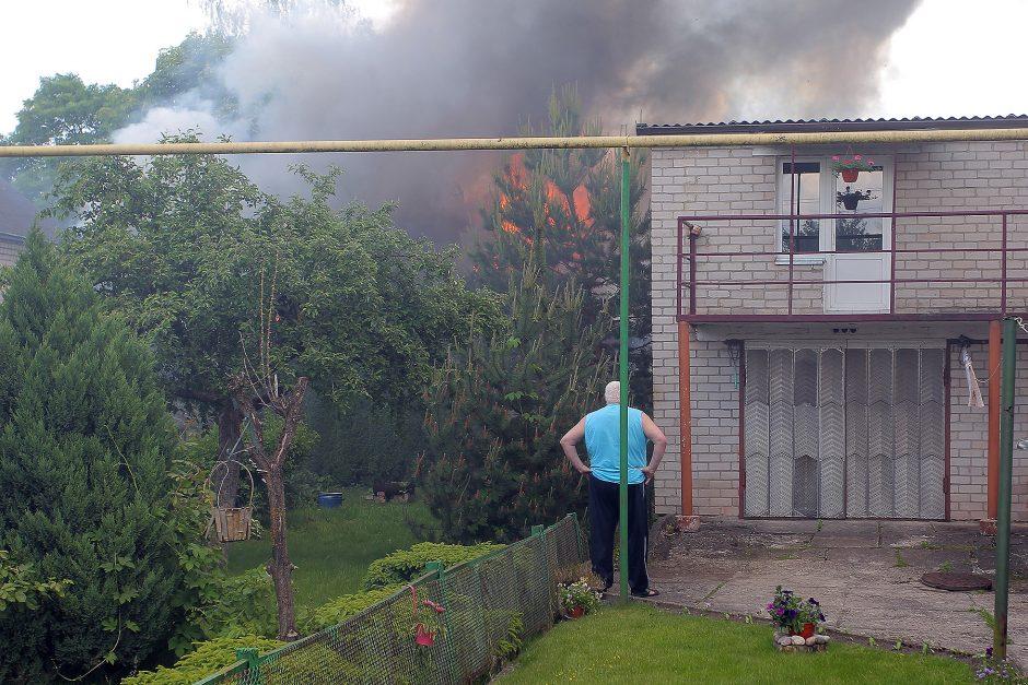 Aleksote degė ūkiniai pastatai