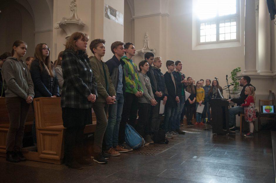 Neįprastos šv. Mišios – mokiniai meldėsi ir giedojo gestų kalba