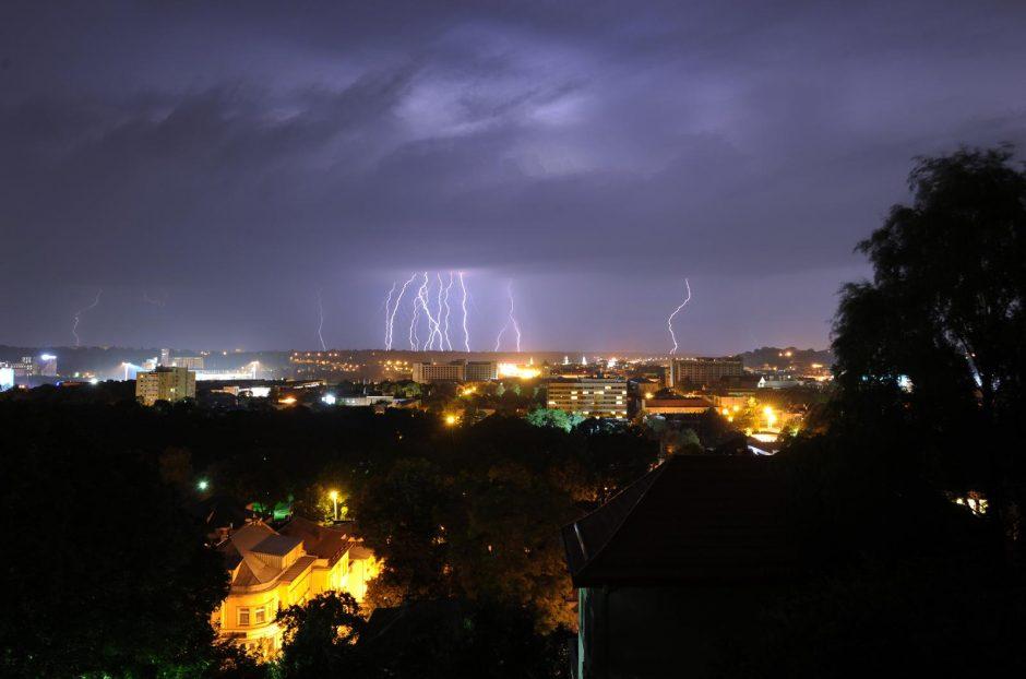 Naktiniai žaibų šokiai Kauno danguje