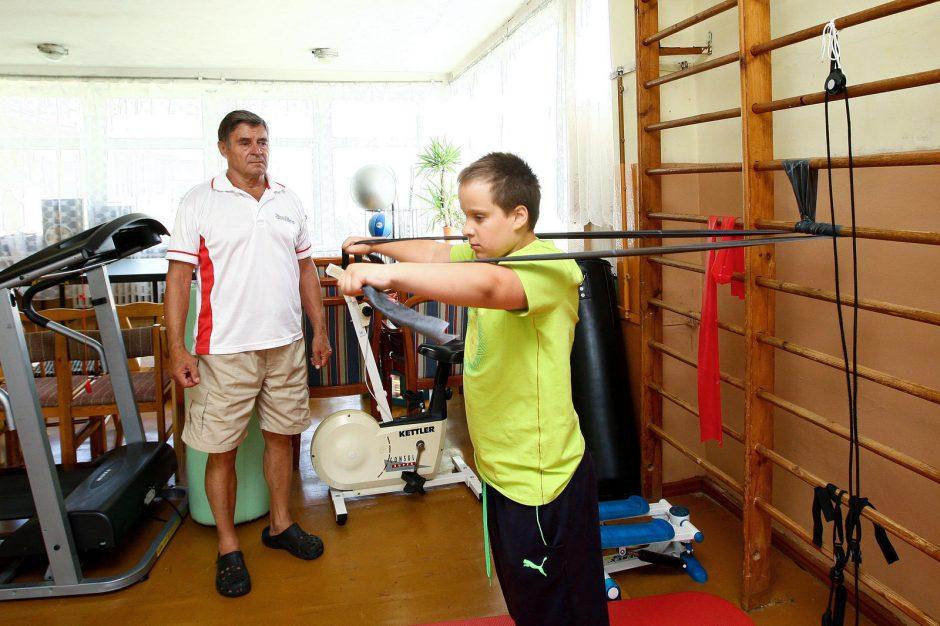 Po medikų nuosprendžio tėvai nenuleido rankų: vaikas ne tik vaikšto, bet ir laimėjo du medalius