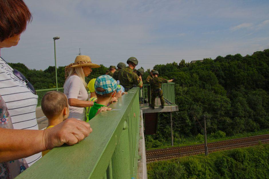 Karių nusileidimo pratybos prie Panemunės šilo tilto