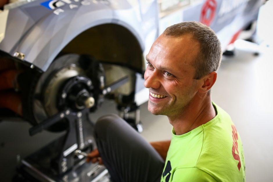 """Tarp """"Aurum 1006 km lenktynių"""" lyderių – lietuvių inžinierių kūrinys"""
