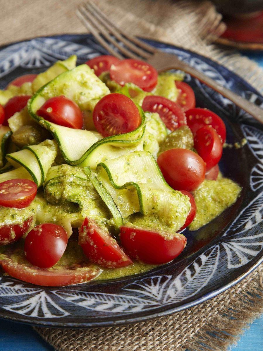 Cukinijų, pomidorų ir kaparėlių salotos