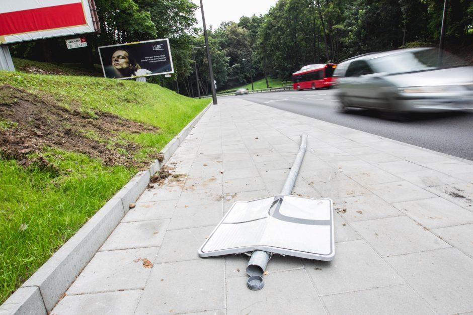 Parodos gatvė – lyg užkeikta: nuverstas dar vienas kelio ženklas