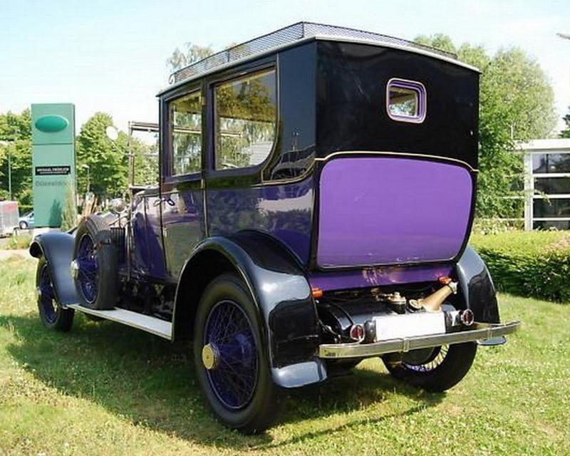 Aukcionas: violetinis limuzinas laukia pirkėjo