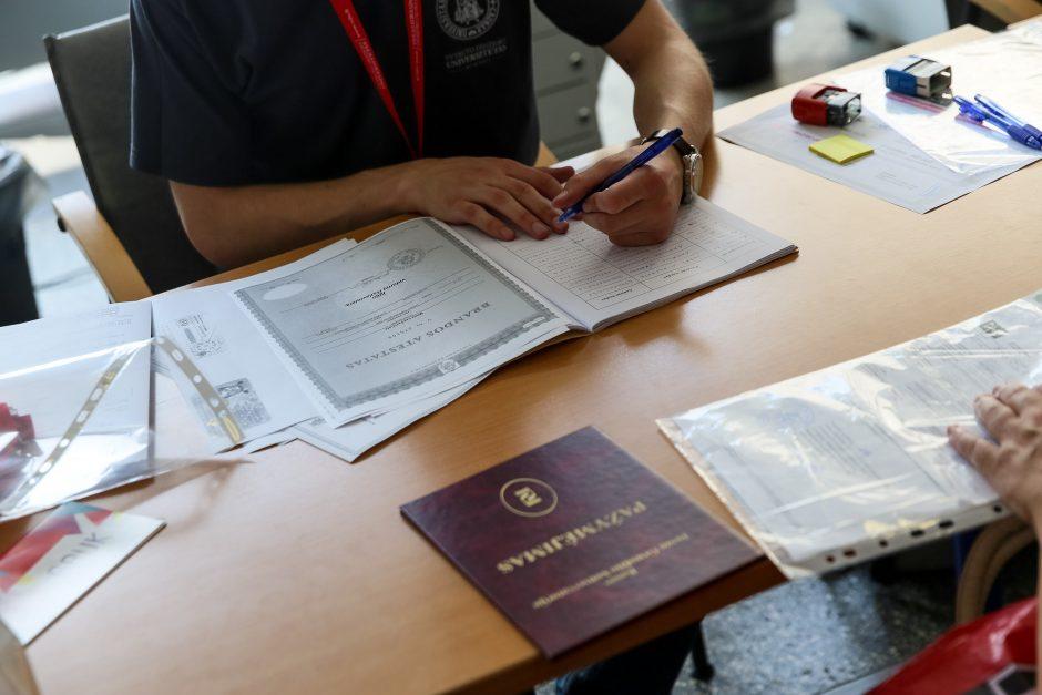 Abiturientai pasirašinėja stojimo sutartis
