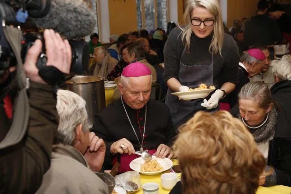 Vyskupai susitiko su vargstančiaisiais prie pietų stalo