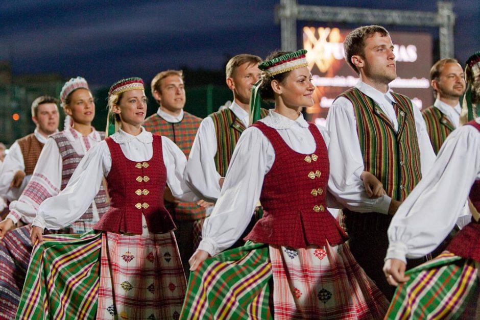 Liaudiškų šokių konkurse – tūkstančiai šokėjų