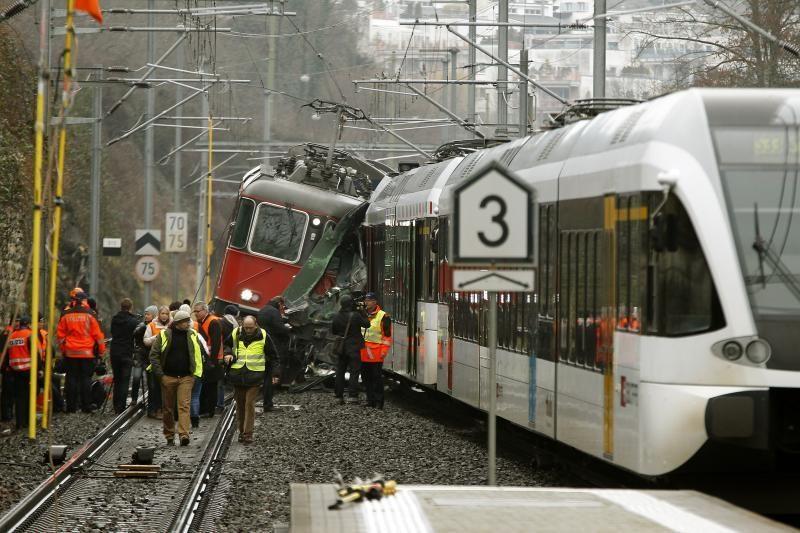 Šveicarijoje susidūrus dviem traukiniams sužeisti bent 17 žmonių