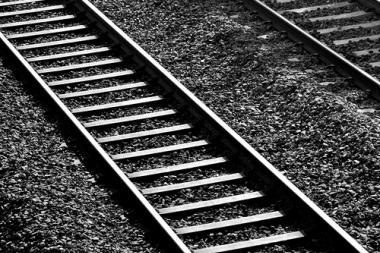 Traukinys sutraiškė ant bėgių besimylinčią porelę