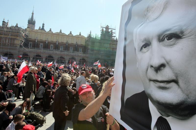 Lenkijoje gyvos sąmokslo teorijos dėl prezidento L. Kaczynskio žūties