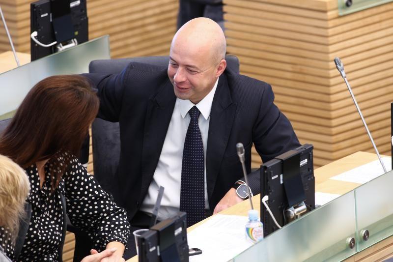 Antrai kadencijai neišrinktas parlamentaras – pikantiškame skandale