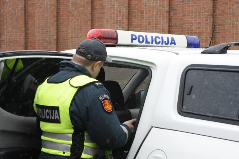 Vilniuje neblaivi mergina sužalojo pareigūną