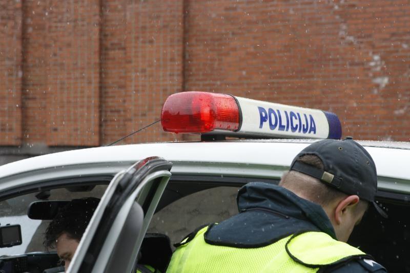 Sužalojęs pareigūną ir bandęs pasprukti jaunuolis uždarytas į areštinę