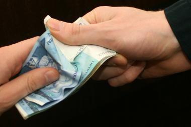 Banko tarnautoja prisistačiusi moteris iš kaunietės išviliojo per 10 tūkst. litų