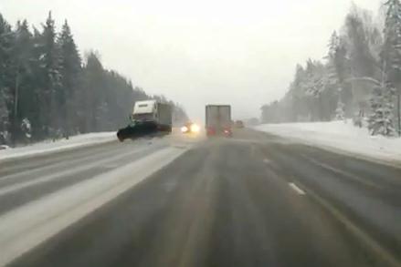 Avarijoje Rusijoje automobilis išlakstė skeveldromis